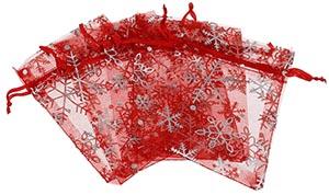 Rode organzazakjes met zilverkleurige sneeuwvlokken
