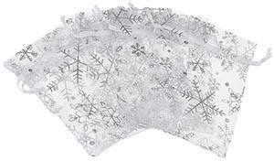 Witte organzazakjes met zilverkleurige sneeuwvlokken